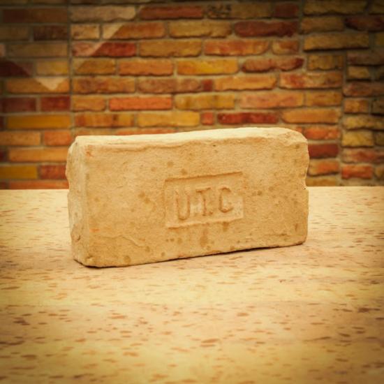UTG címeres tégla.